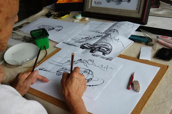 铁画设计大师王小林正在设计铁画画稿