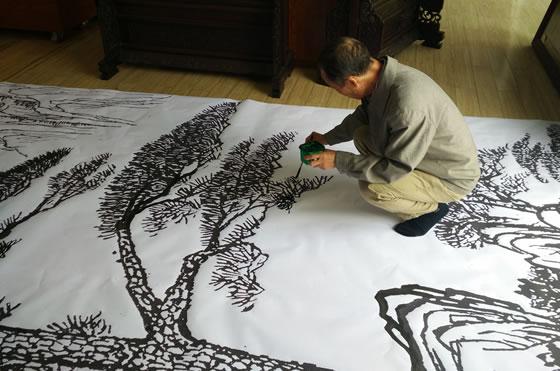 王小林铁画设计大师正在大幅迎客松铁画画稿