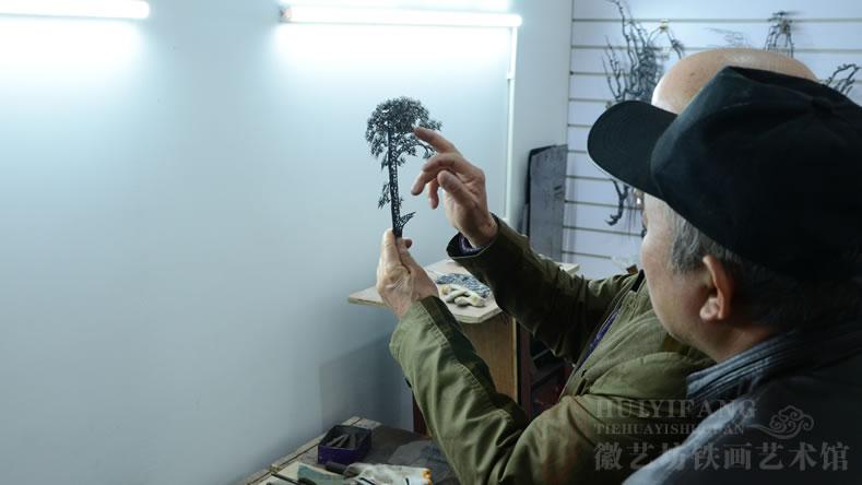 铁画大师张家康与徒弟魏民春探讨学习迎客松制作要领1
