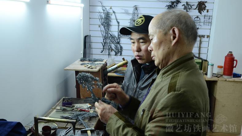 铁画大师张家康与徒弟魏民春探讨学习迎客松制作要领2