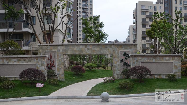 小区园林景观——汇成名郡小区大门装饰铁画《冬梅》《夏荷》