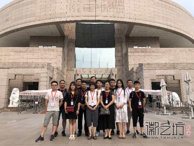 章正贵与同学在上海博物馆门口