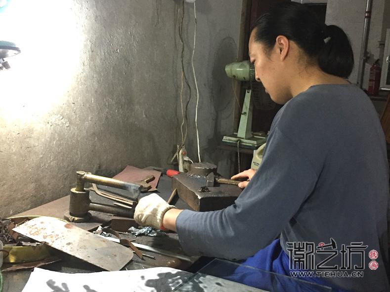 合肥明光路地铁站景观墙铁画锻制者郭红杰